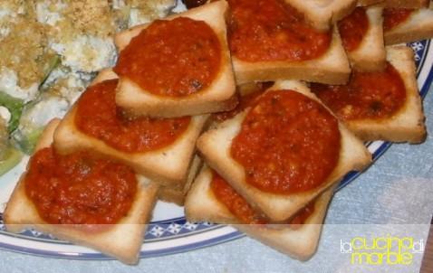 crostini con salsa rossa piccante
